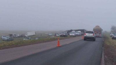 Volcó camión de gaseosas y decenas de conductores frenaron para saquearlo