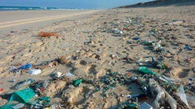 Denuncian incumplimiento del decreto de prohibición de plásticos en las playas