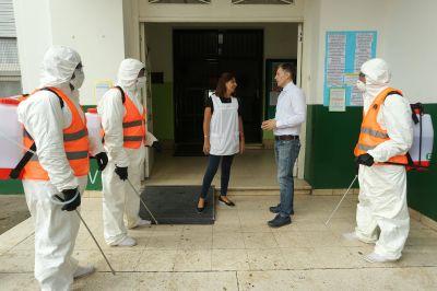 Fernando Gray inspeccionó desinfección y fumigación en instituciones de Luis Guillón