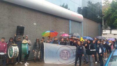 Trabajadores tintoreros protestan en Lavadero Apparel por salarios impagos