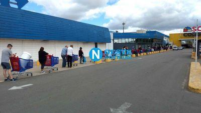 Ahora: Largas filas en el supermercado Carrefour de Tesei