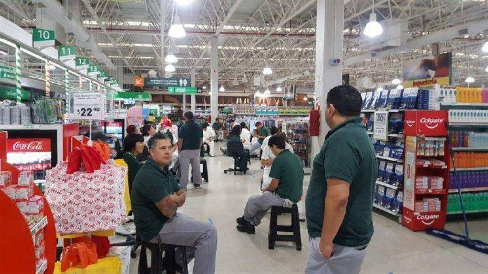Los empleados de los grandes supermercados exigen la reducción del horario de atención