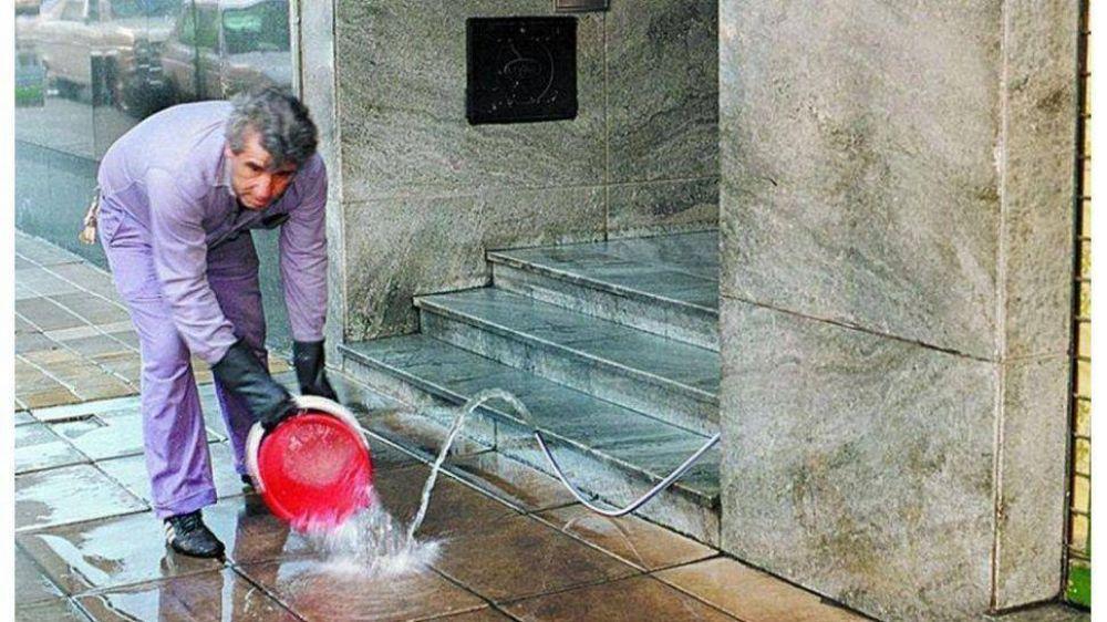 Trabajo pide horario reducido y artículos de higiene para encargados de edificios