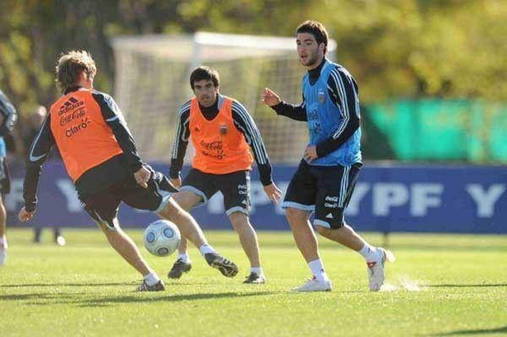 Higuaín y Enzo Pérez, titulares en el ensayo