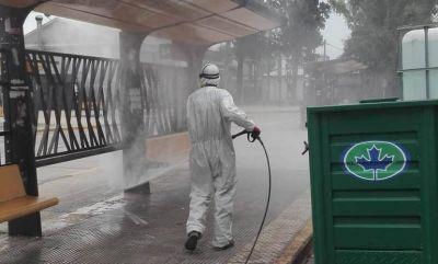 El Municipio salió a desinfectar espacios públicos para combatir el coronavirus
