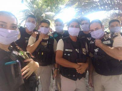 Vecinas del Barrio San Cayetano donaron barbijos a personal del PNA