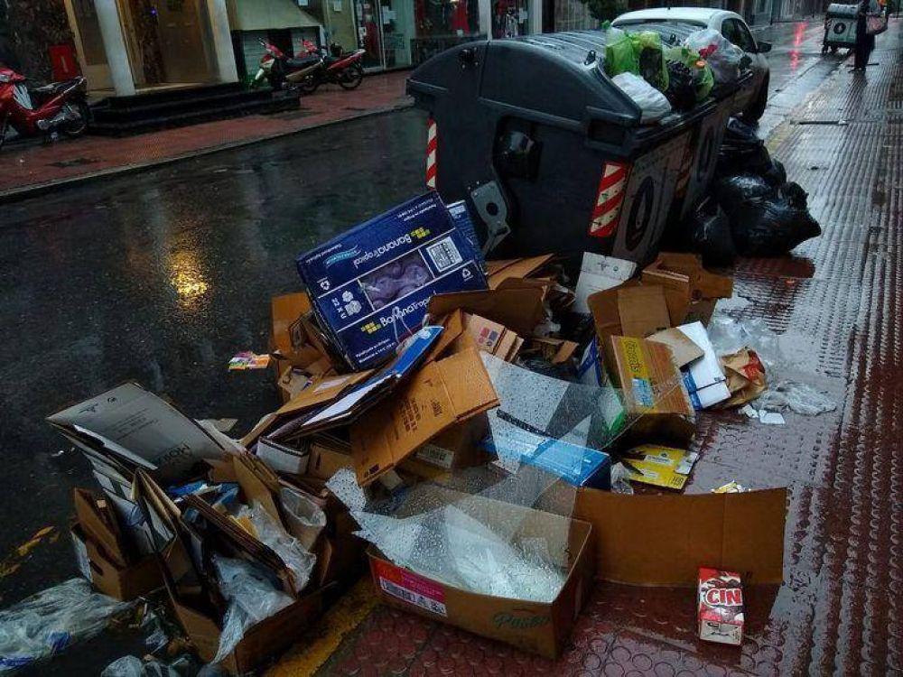 Se acumula la basura en los contenedores y calles de Córdoba