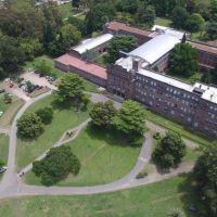 Preparan un hospital con 185 camas en el colegio de San Miguel que dirigió el Papa Francisco entre 1980 y 1986