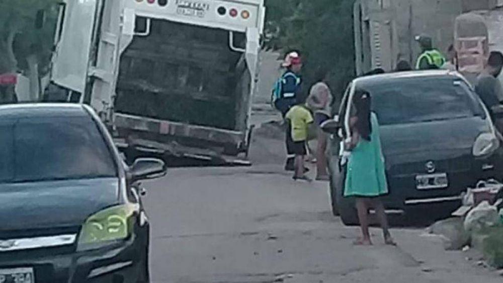 Camión de la basura se hundió en el asfalto