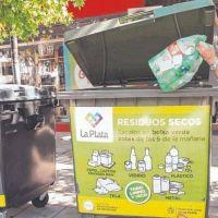 Buscan que los vecinos desinfecten las bolsas de basura