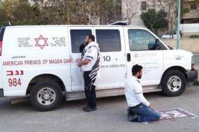 Un paramédico musulmán y otro judío hacen una pausa para rezar juntos