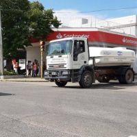 En Azul desinfectan las calles con lavandina