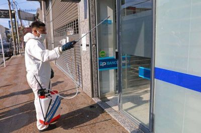La Matanza: Personal de la Municipalidad desinfectó cajeros automáticos