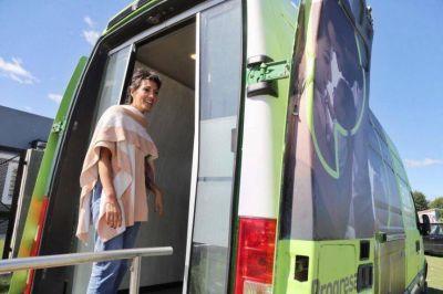 Mendoza visitó el cajero automático móvil del Banco Provincia de Camino y 812