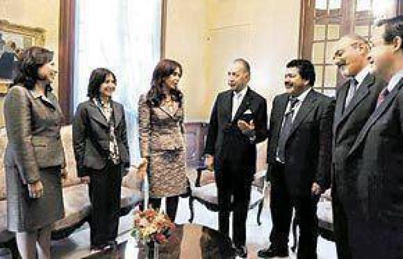EL MEJORAMIENTO DE LAS RELACIONES CON WASHINGTON Cristina, entre fotos y sonrisas con una ministra de Obama