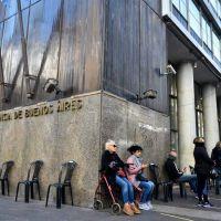 Sillas, café, más policía y menos gente, así lucen los bancos abiertos el sábado en la ciudad