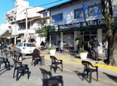 ¿Patrón de estancia? Intendente de Gesell hace esperar sentada a la gente en la calle para cobrarle los impuestos