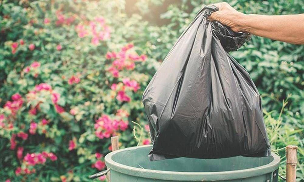 Los trabajadores recogen la basura en los domicilios para el reciclado