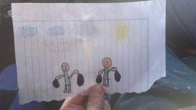 Recolector de basura contó que la gente les deja alcohol en gel y dibujos de los chicos