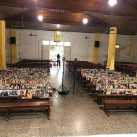Un cura entrerriano pegó fotos de sus fieles en los bancos de la parroquia