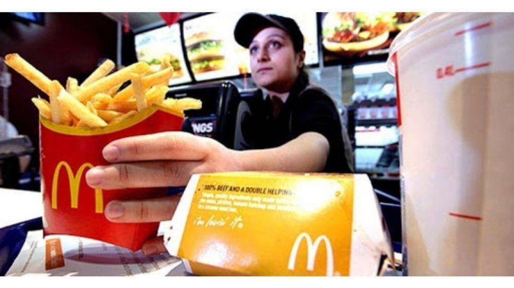 Las cadenas de comidas rápidas redujeron los sueldos más bajos en un 30%