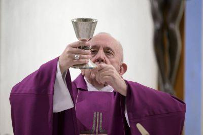 """Santa Marta: Francisco ora por los perseguidos que """"sufren un juicio injusto"""""""