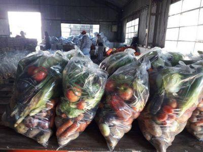 Vecinos autoconvocados reparten bolsones de verdura