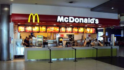 Las firmas de comidas rápidas deberán devolver los descuentos salariales a sus 25 mil trabajadores