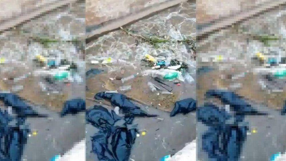 Mendoza sucia: basura, botellas y hasta un colchón en un canal de Maipú