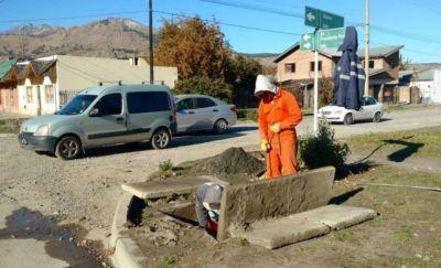 Municipio de Esquel realiza limpieza de desagües pluviales en distintos sectores de la ciudad