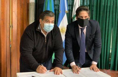 Mario Ishii y el Dr. Nicolás Trotta, firman convenio para la entrega de Netbooks