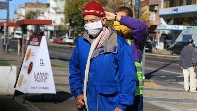 El voluntariado municipal repartió tapabocas en la zona este de la estación de Lanús