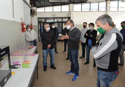 Zabaleta visitó una escuela de Hurlingham que fabrica máscaras de protección facial