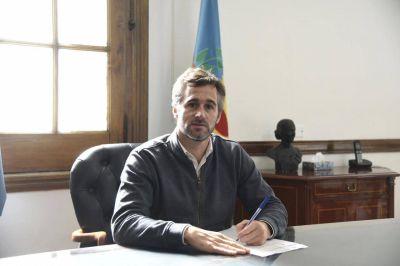 Achával firmó los decretos que regulan la reapertura de industrias y comercios