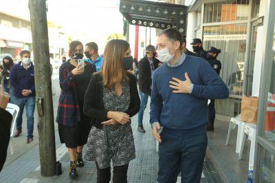 Fernando Gray  junto a Fernanda Raverta recorren lugares de cobro del IFE