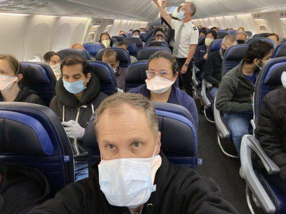 La foto viral de un médico en un avión que llevó a una aerolínea a ampliar sus medidas por el coronavirus