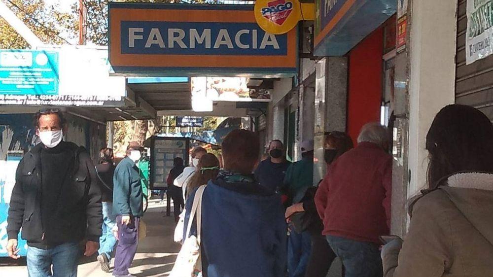Flexibilización en Brown: largas filas en bancos y farmacias sin respetar la distancia