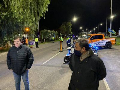 Tras confirmarse un nuevo caso, Montenegro y Oroquieta encabezaron un operativo nocturno en Ruta 2