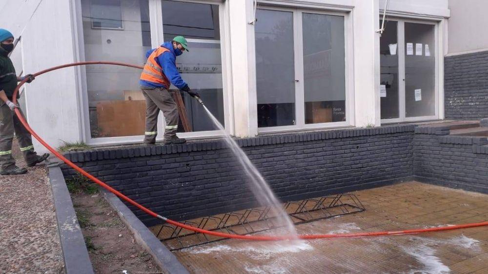 Operativos de desinfección y limpieza en veredas del distrito