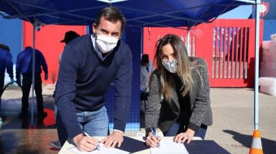 AySA firmó convenio con la empresa Transclor, entregó 22 mil litros de lavandina y 15 mil de agua