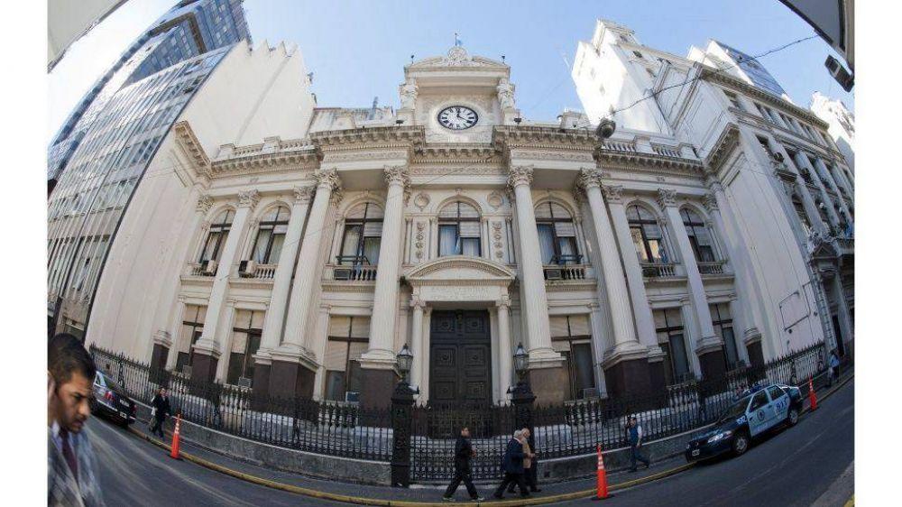 En 15 días se fueron USD976 millones de los bancos