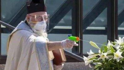 El cura que dispara a sus feligreses con una pistola de agua… ¡bendita!