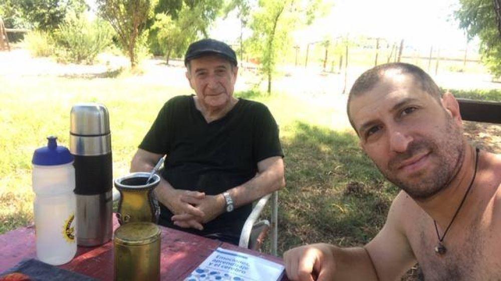 Voluntariado: Padre e hijo unidos en la tarea de acompañar a personas que atraviesan la cuarentena en soledad
