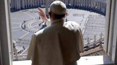 Con fieles en la Plaza San Pedro, Francisco pidió