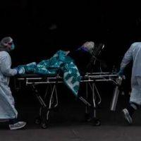 """Un hospital chileno colapsó por falta de camas para pacientes de coronavirus en estado crítico: """"Estoy eligiendo, que Dios me ilumine"""""""