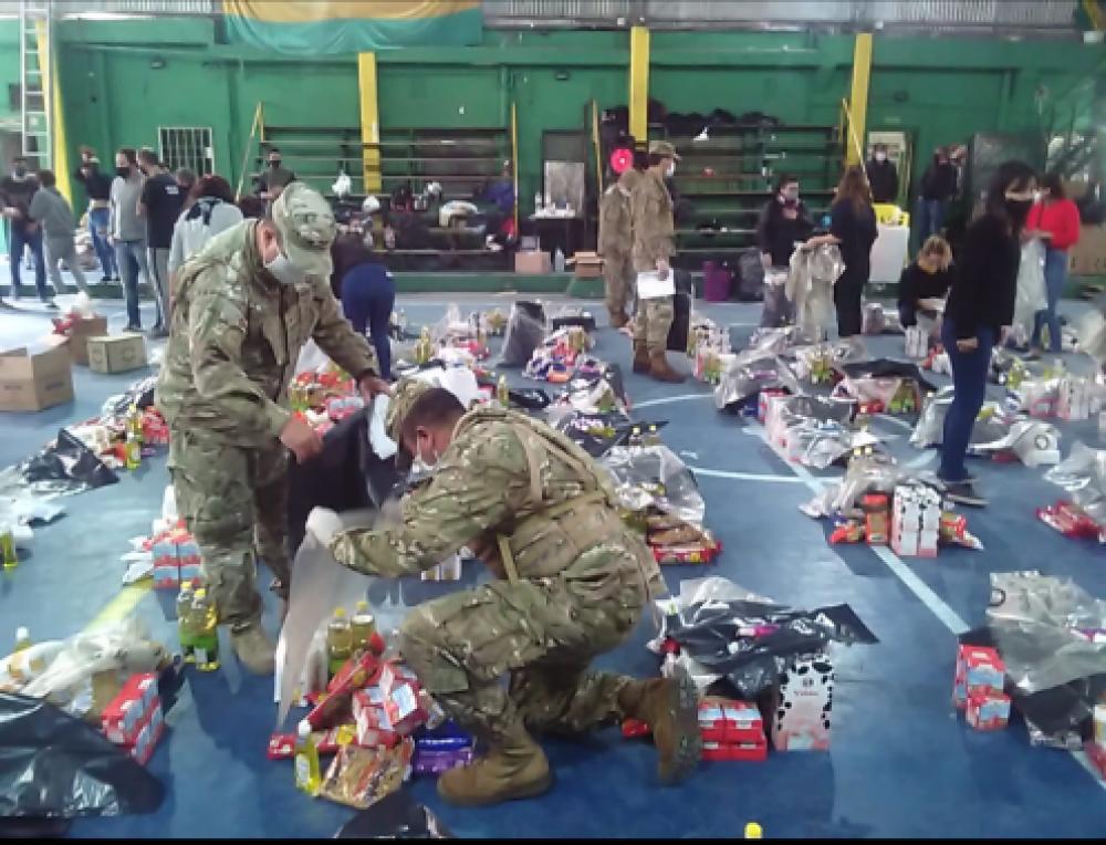El Ejército Argentino colabora en armado y distribución de alimentos para los habitantes de Villa Azul