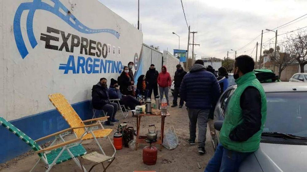 Acampan en la sede de Expreso Argentino porque los suspendieron sin goce de sueldo