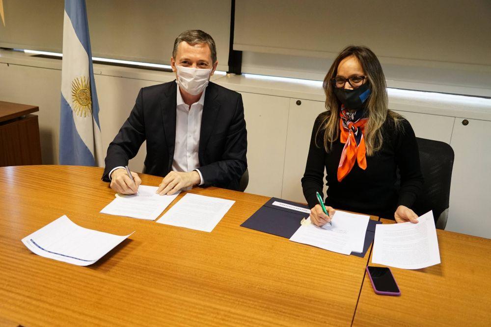 Fernando Gray firmó convenio Agua y Cloca + Trabajo con Malena Galmarini