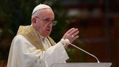Un cura interrumpe la misa por una llamada inesperada del Papa