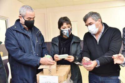 Mendoza y Ferraresi recibieron tres mil tarjetas telefónicas para vecinos de Villa Azul